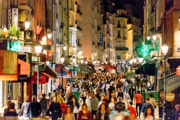 Rue de centre ville bordée de commerces