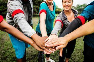 personnes formant une équipe joignant les mains