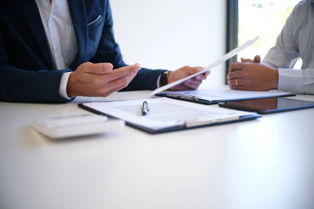 Gros plan sur les mains d'un homme et d'une femme d'affaires qui négocient un contrat