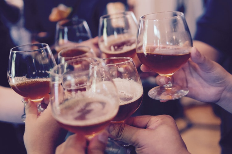 Groupe d'amis buvant un verre dans un établissement disposant d'une licence de débit de boissons