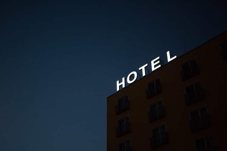 Hôtel surplombé par un panneau lumineux