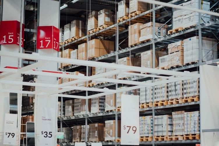 Cartons stockés dans un entrepôt pour un site e-commerce