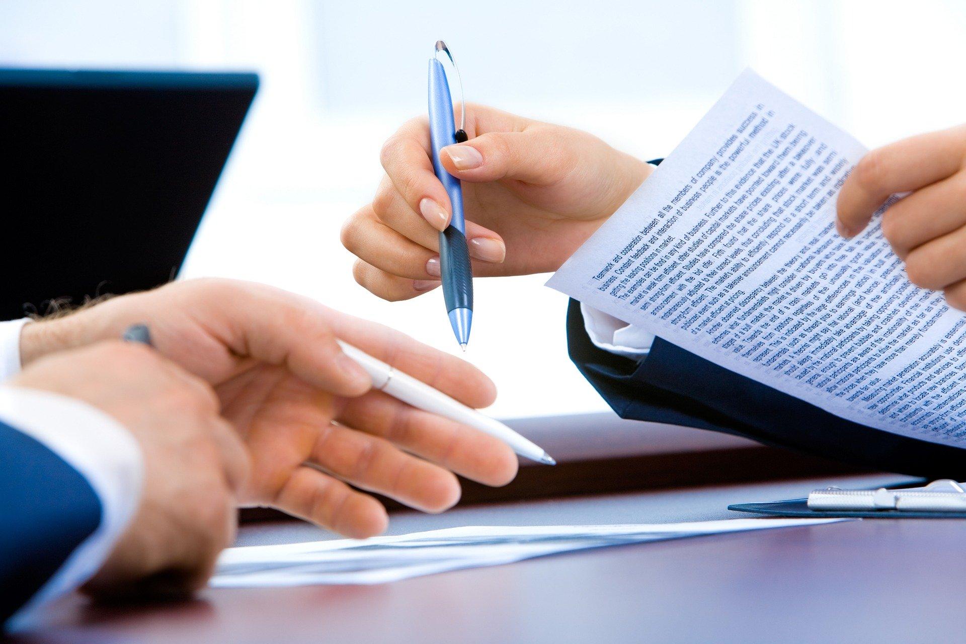 Un salarié signant un contrat d'embauche