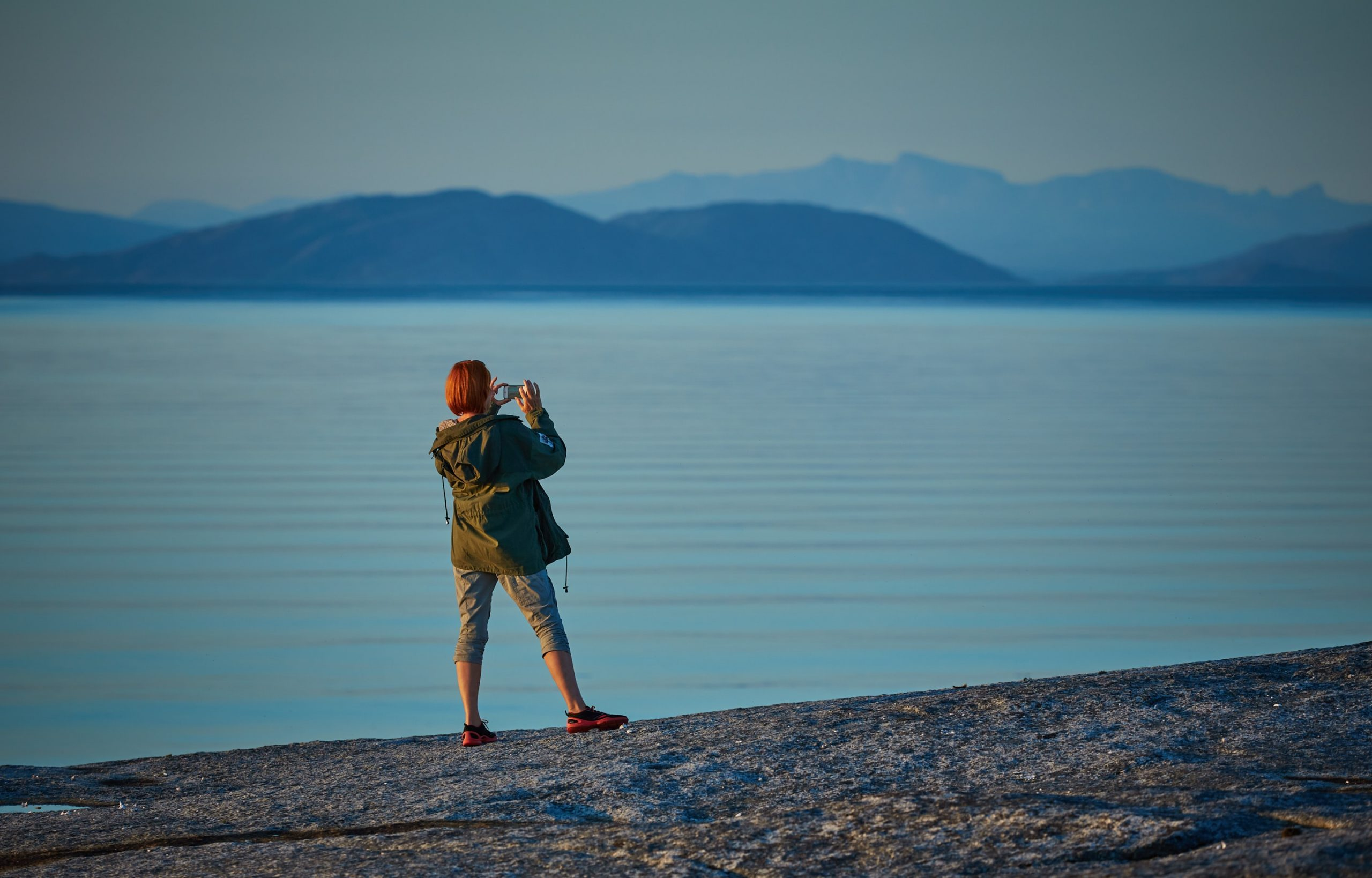 Une touriste prenant une photo avec son téléphone