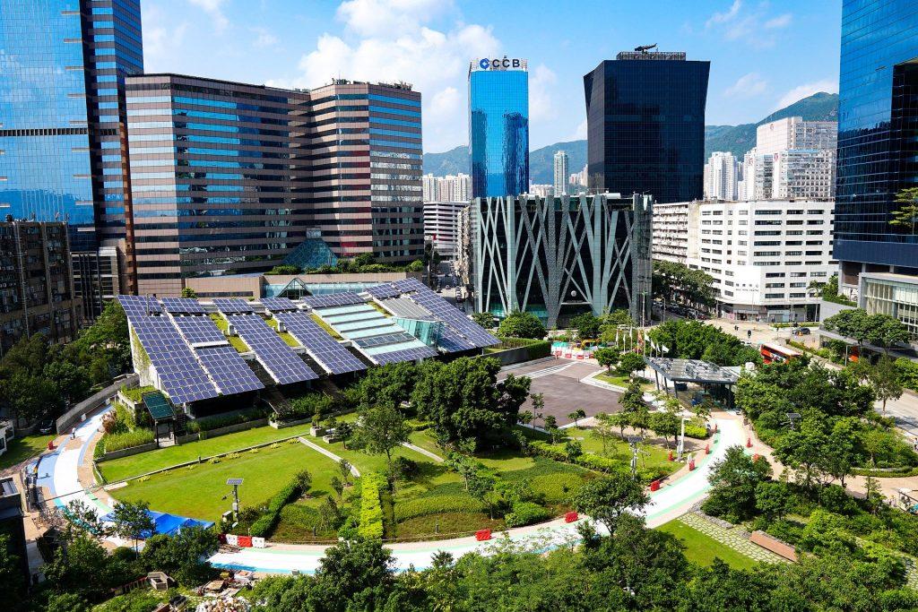 Panneaux photovoltaïques installés au milieu d'une ville