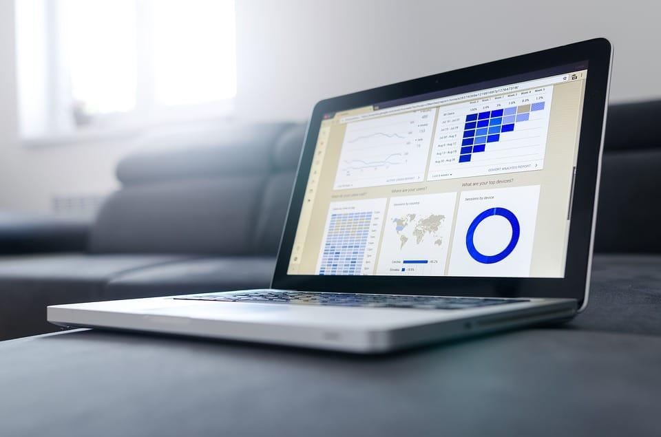 ordinateur portable avec statistiques et graphiques à l'écran