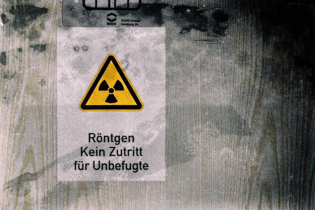 Panneau attention radioactivité