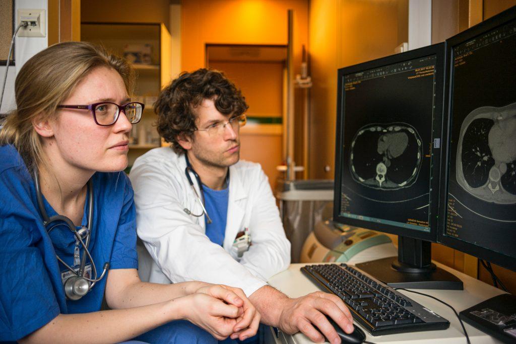 Medecins regardant un irm