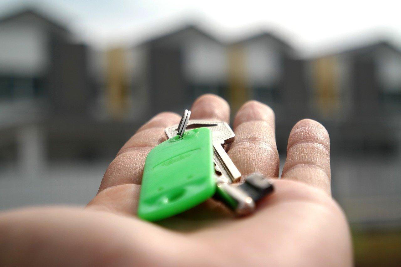 clés posées dans une main ouverte