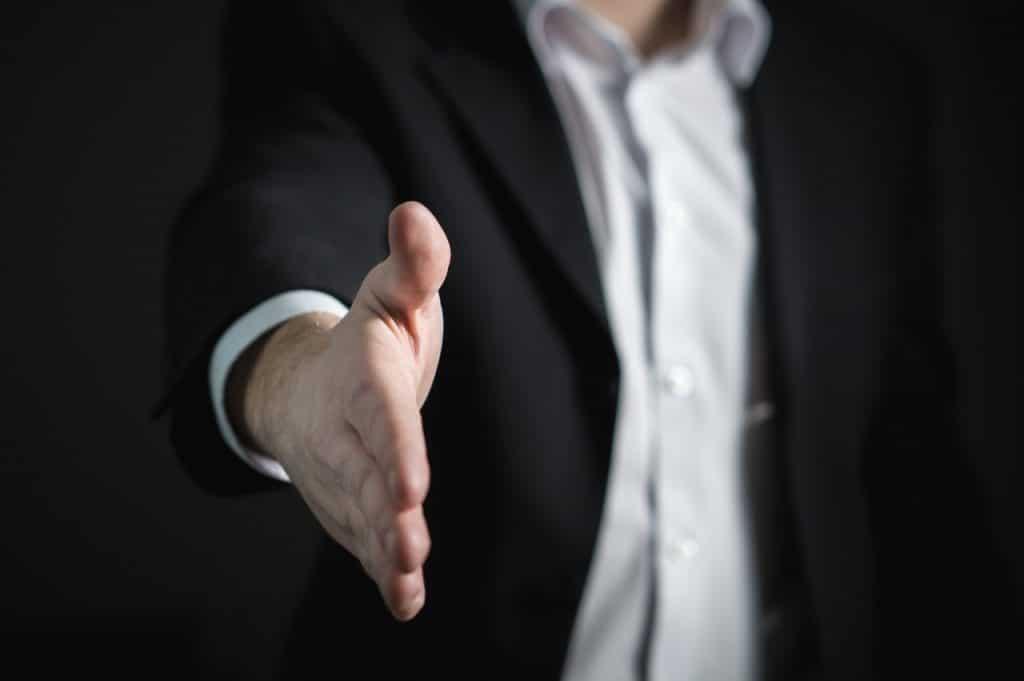 personne qui tend la main vers son interlocuteur